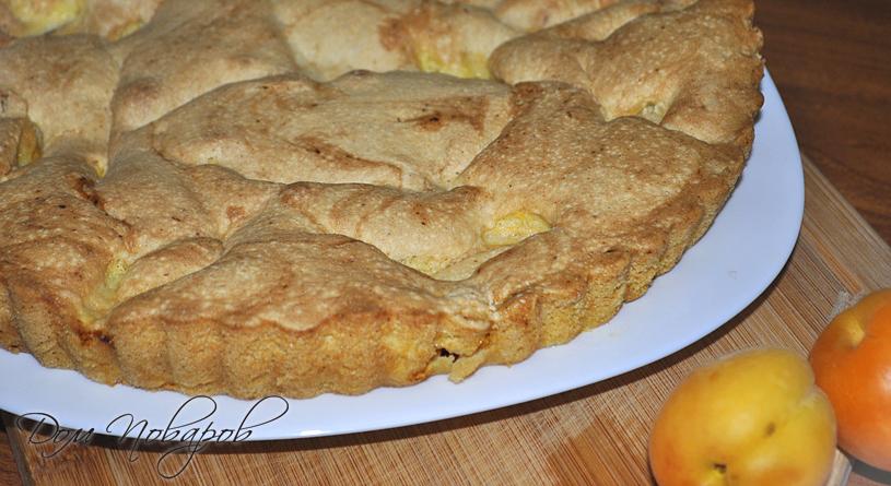 Шарлотка с абрикосами на блюде