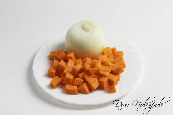Очищенный лук и нарезанная морковь