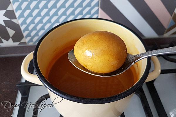 Яйцо окрашеное в желтый цвет
