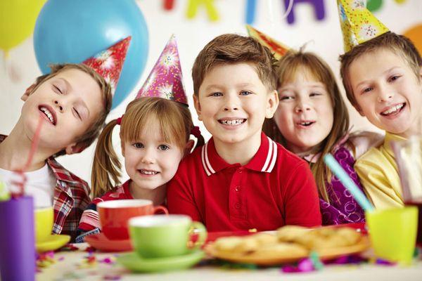 Веселые дети на дне рождения