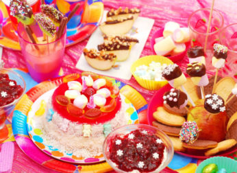 20 идей, как украсить стол на день рождения для мальчика и для девочки