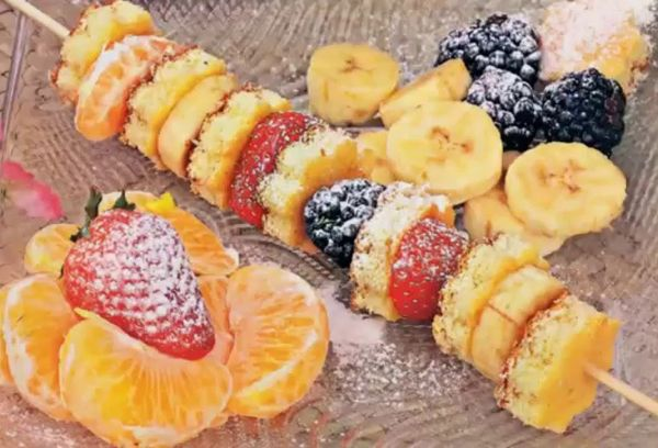 Посыпанные пудрой фрукты