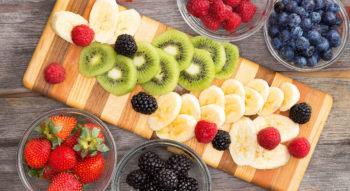 Как правильно нарезать и красиво подать фрукты на праздничный стол