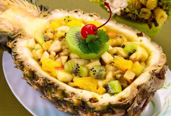 Лодочка фрукты в ананасе