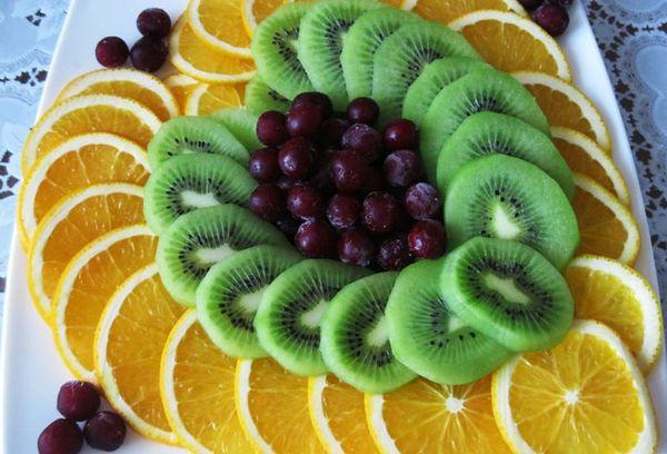 Нарезанные фрукты в виде сердца