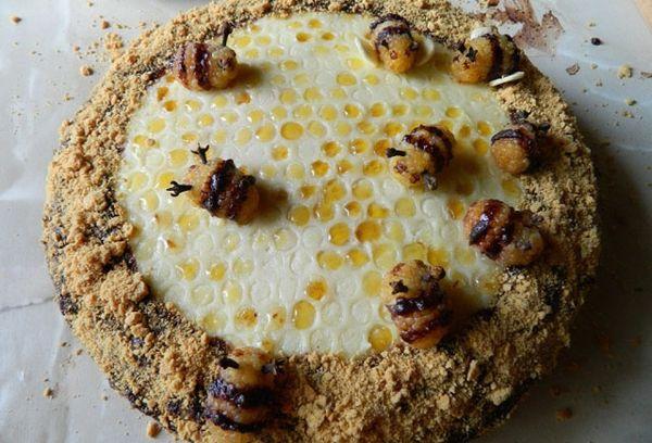 Медовик с пчелками и сотами