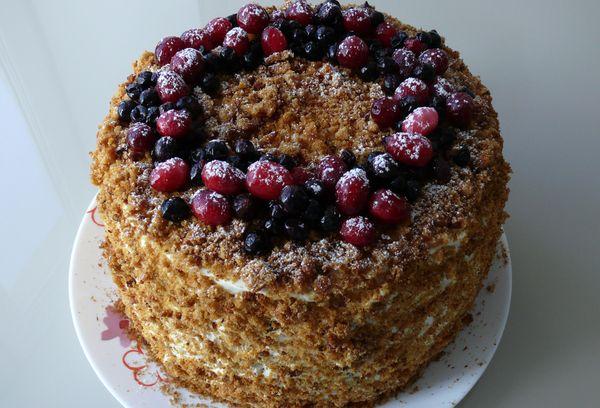 Торт медовик с свежими ягодами