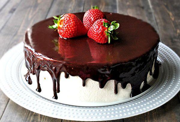 Торт с глазурью и клубникой