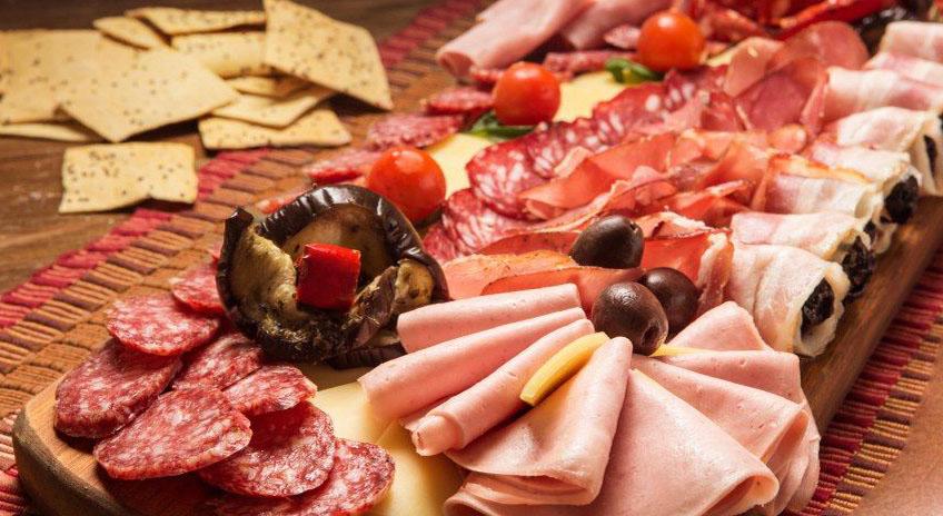Как оформить и подать мясную нарезку на праздничный стол