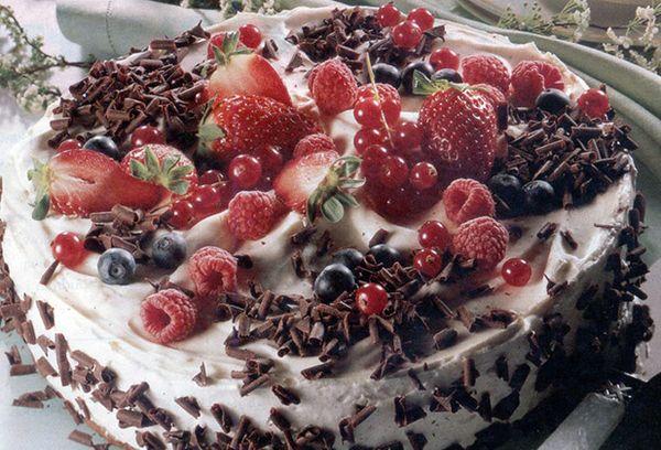 Праздничный торт с ягодами