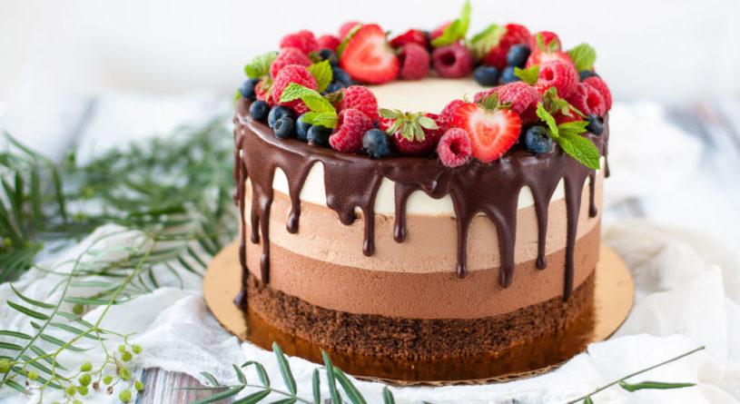 Украшаем торт фруктами и ягодами: инструкции, советы и идеи