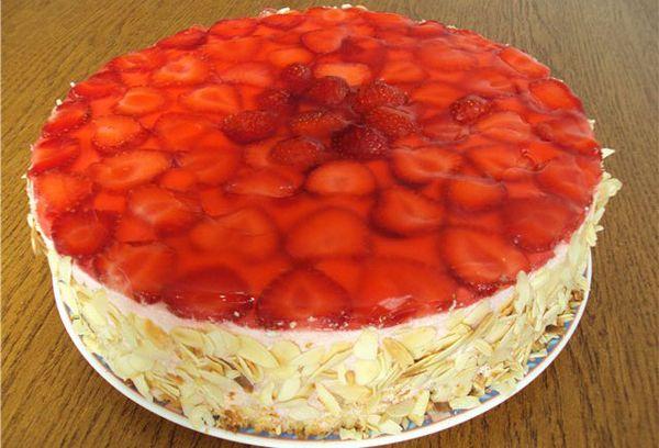 Торт с желе и клубникой