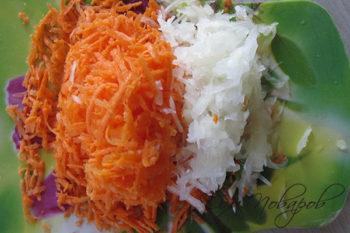Тертые лук и морковь