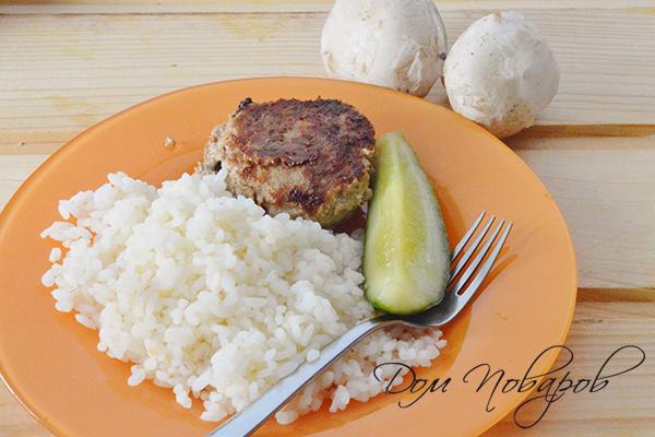 Котлета с рисом и огурцом на тарелке