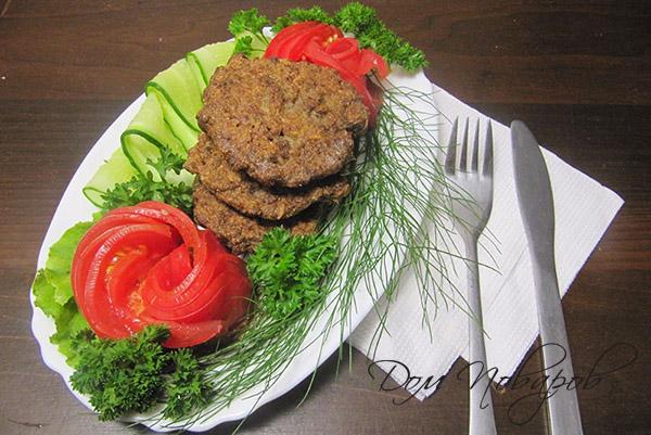 Печеночные котлеты с зеленью и овощами
