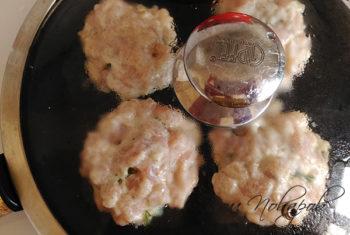Рубленые котлеты на сковороде под крышкой