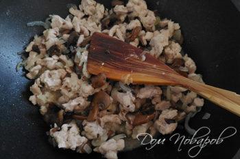Курица с грибами и луком в воке