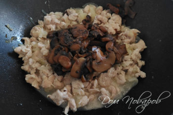 Добавление грибов к курице
