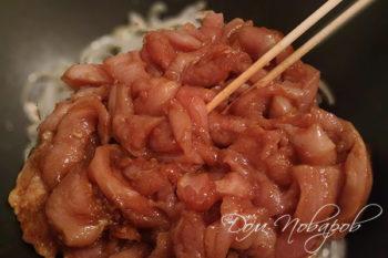 Лук и маринованное мясо на сковороде