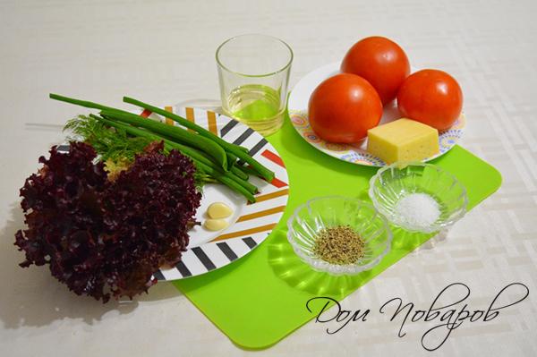 Ингредиенты для салата из помидоров и сыра с чесноком
