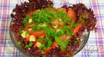 Салат из помидоров и сыра с чесноком