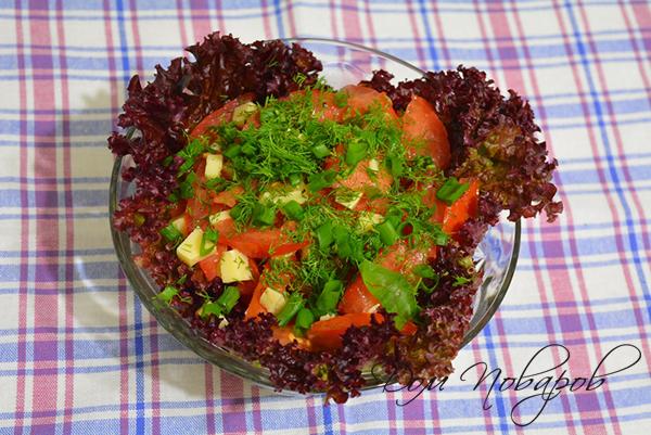 Салат, посыпанный зеленью