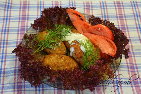 Котлеты с салатными листьями, соусом и томатом