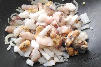 Замороженные морепродукты на сковороде