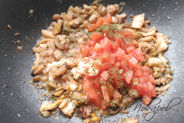 Добавление томата и специй к тушеным морепродуктам