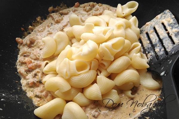 Добавление отваренных макарон к соусу