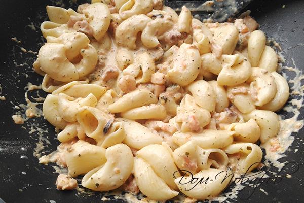 Макароны в сливочном соусе с морепродуктами на сковороде