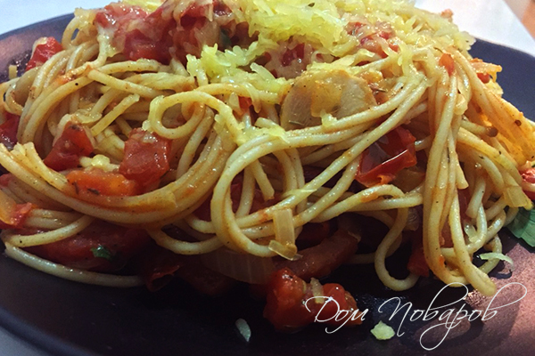 Паста с помидорами и базиликом на тарелке
