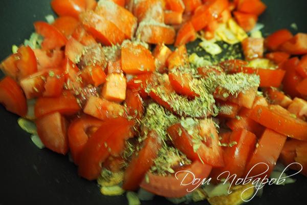 Добавление специй к томатам на сковороде