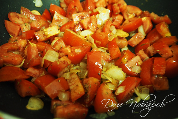Обжаренные томаты со специями, луком и чесноком