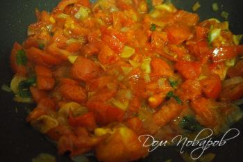 Тушеные помидоры с базиликом на сковороде
