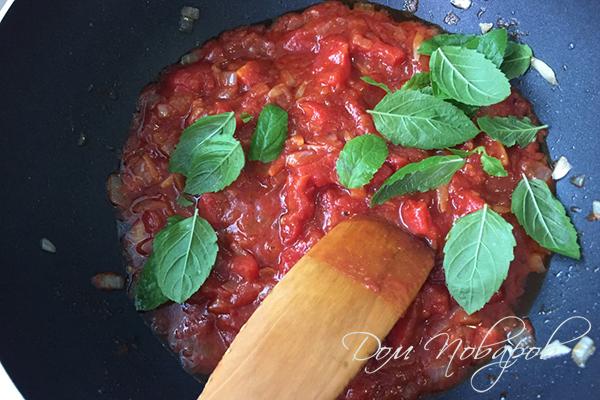Добавление базилика в томатный соус