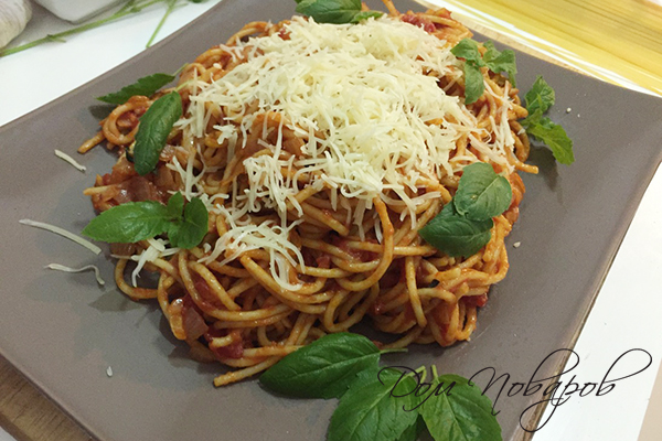 Паста с томатным соусом, сыром и базиликом