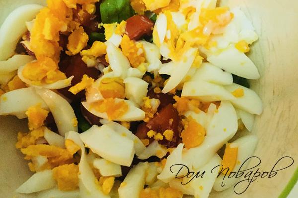 Салат из яиц и помидоров без заправки
