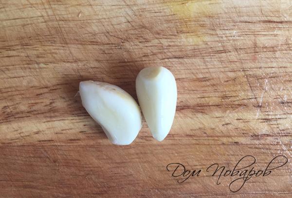 Очищенные зубчики чеснока