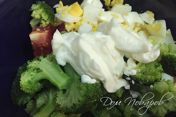 Приготовление салата с брокколи и томатами