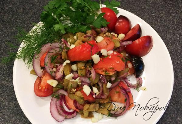 Салат с жареными баклажанами и томатами