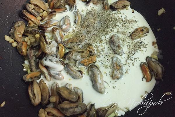 Мидии со сливками и прованскими травами на сковороде
