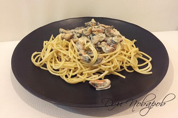 Спагетти с мидиями на тарелке