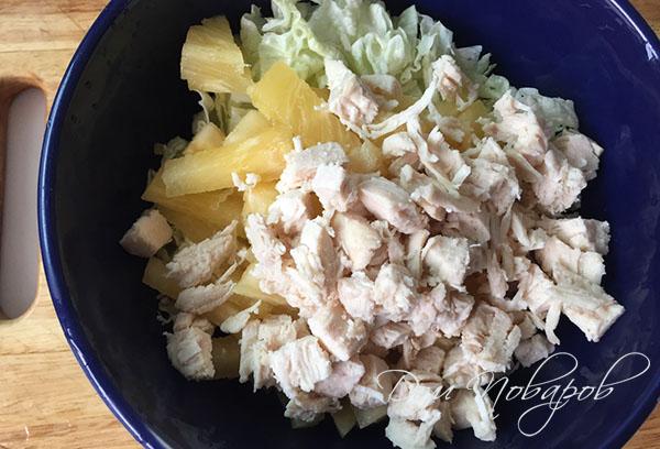 Смесь ингредиентов для салата в миске