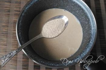 Добавление дрожжей в молоко с сахаром