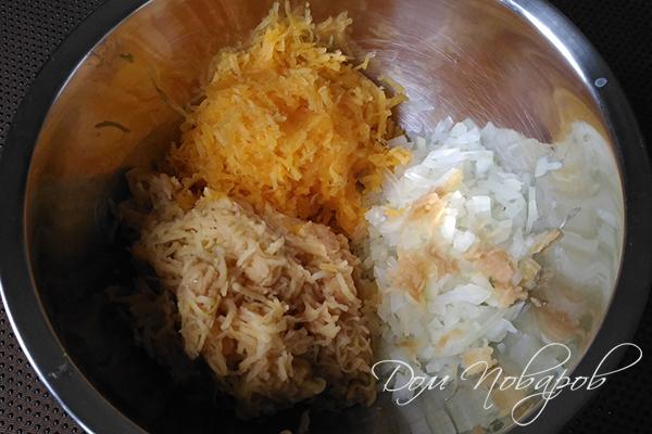 Измельченный лук и тертые тыква и картофель