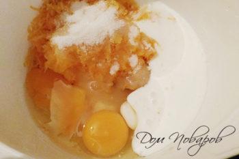 Тертая тыква, яблоко, кефир, сахар и яйца в миске