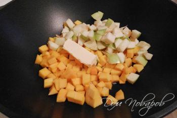 Тыква, яблоки и масло в глубокой сковороде