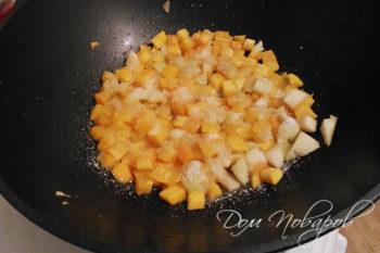 Карамелизация кубиков из тыквы и яблок