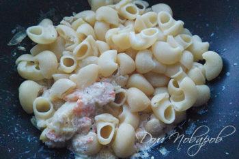 Добавление пасты к креветкам в сливочном соусе